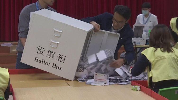 À Hong Kong, après 6 mois de contestation dans la rue,celle-ci s'est concrétiséedans les urnes ce dimanche. 4 millions de personnes étaient appelées à voter pour des élections locales et le camp pro-démocratie a largement remporté ce scrutin. Une victoire due à une mobilisation sans précédent. (France 24)
