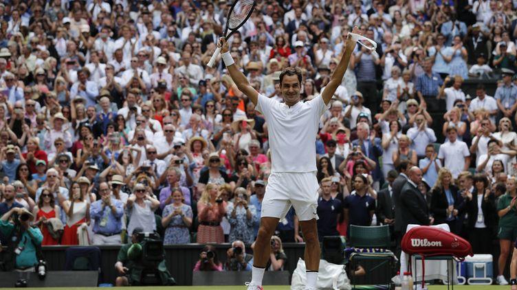 Roger Federer, sacré pour la huitième fois à Wimbledon (ADRIAN DENNIS / AFP)