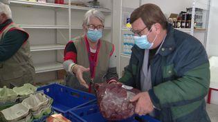Les denrées prévues pour la restauration scolaire données à la Croix-Rouge (France 3 Poitou-Charentes)