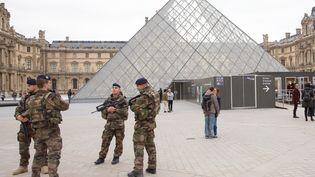 Des militaires en patrouille devant la pyramide du Louvre, à Paris, le 16novembre 2015. (MAXPPP)
