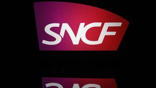 Le logo de la SNCF, le 19 avril 2018. (LIONEL BONAVENTURE / AFP)