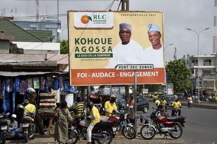 Affiche électorale du candidat d'opposition Corentin Kohoué dans une rue de Cotonou, la capitale du Bénin, le 6 avril 2021. (PIUS UTOMI EKPEI / AFP)