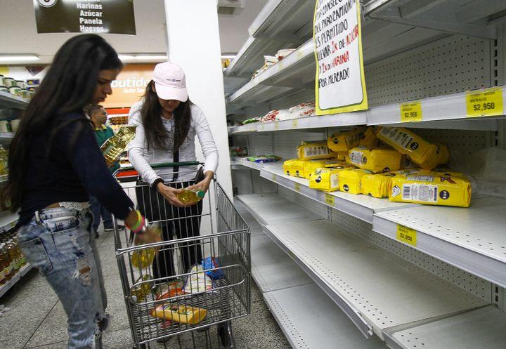 Des Vénézuéliennes font leurs courses dans un supermarché à Cucuta, en Colombie, le 17 juillet 2016. (SCHNEYDER MENDOZA / AFP)