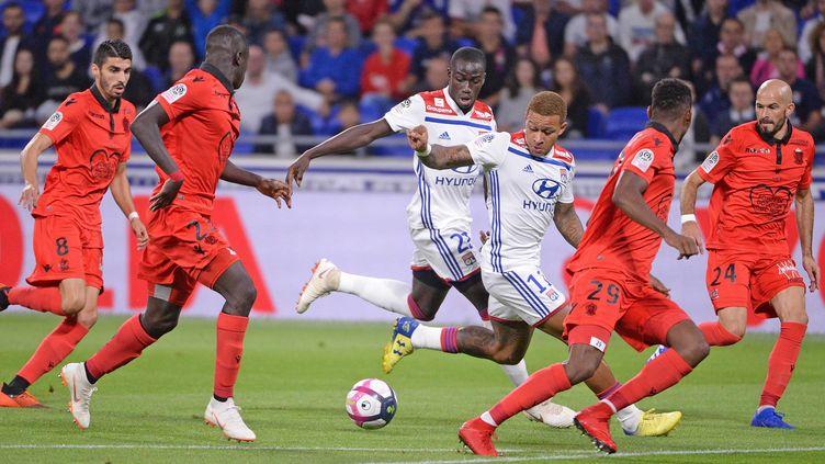 Les Lyonnais ont eu du mal à s'extirper de la nasse niçoise (PHOTO RICHARD MOUILLAUD / MAXPPP)