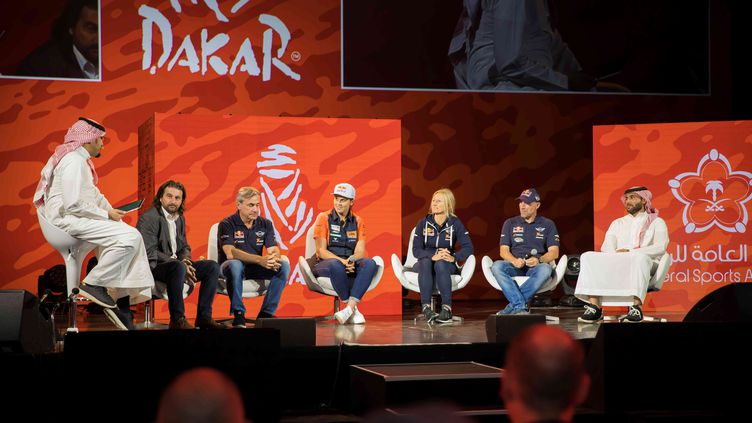 Le directeur du rallye Dakar, les pilotes David Castera, Carlos Sainz, Laia Sanz, Stéphane et Andrea Peterhansel, notamment, lors de la présentation du Rallye Dakar 2020 à Qiddiya, près de Riyad, Arabie saoudite, le 25 avril 2019. (GSA / MAXPPP)
