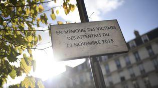 Une plaque en mémoire des attentats du 13-Novembre dévoilée le 13 novembre 2017, à Paris. (STEPHANE DE SAKUTIN / AFP)