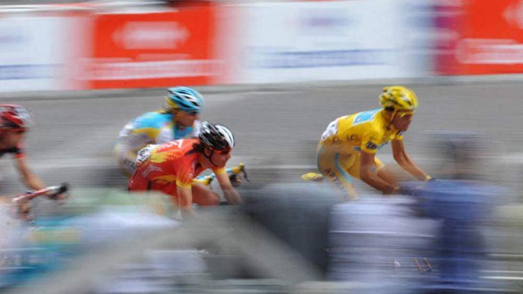 Des coureurs du Tour de France 2010 lors de la dernière étape, sur les Champs-Elysées à Paris (JEAN-MARIE PORCHER / FRANCEINFO / RADIO FRANCE)