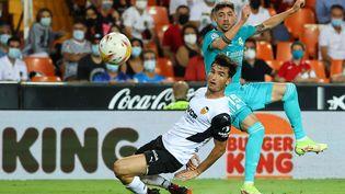 Federico Valverde (Real Madrid) frappe devant Toni Lato (Valence) en Liga au Stade Mestalla, le 19 septembre 2021 (JOSE JORDAN / AFP)