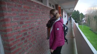 Une infirmière lors de sa tournée à Roubaix. (FRANCEINFO)