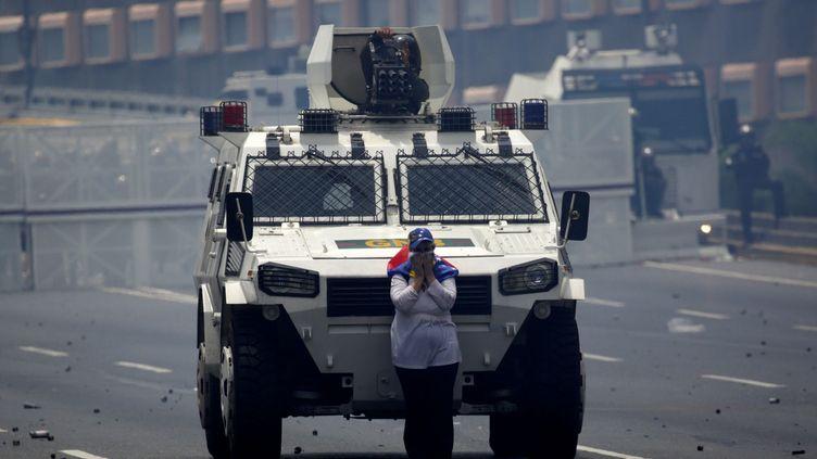 Maria José Castro, 54 ans, a bloqué pendant de longues minutes l'avancée des militaires, le 19 avril à Caracas (Venezuela). (MARCO BELLO / REUTERS)