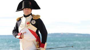 Frank Samson incarne Napoléon,le 1er mars 2015, sur la plage de Golfe-Juan, à Vallauris (Alpes-Maritimes), lors du bicentenaire du retour d'exil de l'île d'Elbe. (JEAN-CHRISTOPHE MAGNENET / AFP)