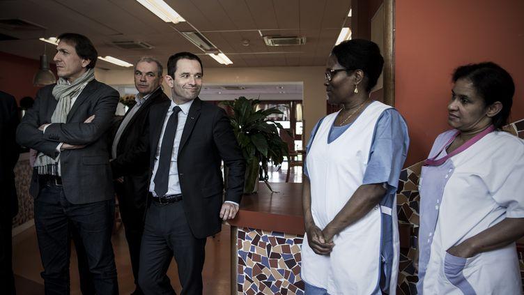 Le candidat PS, Benoît Hamon, en visitedans unétablissement d'hébergement pour personnes âgées dépendantes (Ephad) de Bry-sur-Marne (Val-de-Marne), le 27 mars 2017. (PHILIPPE LOPEZ / AFP)