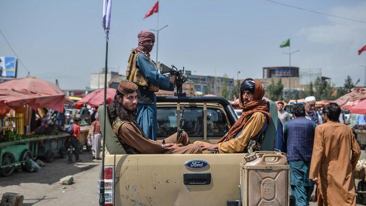 Des combattants talibans à Kaboul, le 17 août 2021. (HOSHANG HASHIMI / AFP)