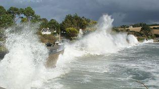 Des fortes vagues sur la plage de Postolonnec (Finistère), le 8 octobre 2014. (  MAXPPP)