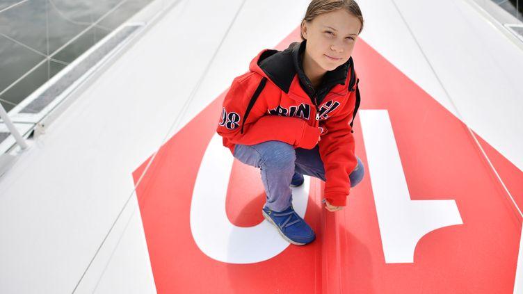 Greta Thunberg à bord du voilier qui doit l'emmener à New York, le 13 août 2019. (BEN STANSALL / AFP)