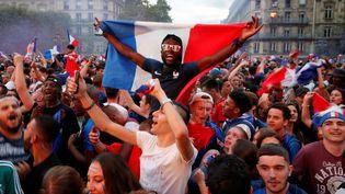 Le V de la victoire sur la place de l'Hôtel de ville, à Paris, où une fan-zone avait été installée pour la première fois de la compétition. (PHILIPPE WOJAZER / REUTERS)