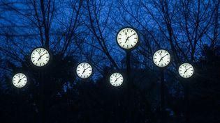 Une installation artistique de Klaus Rinkemettant en scène des horloges, à Düsseldorf, en Allemagne, le 28 mars 2021. (INA FASSBENDER / AFP)