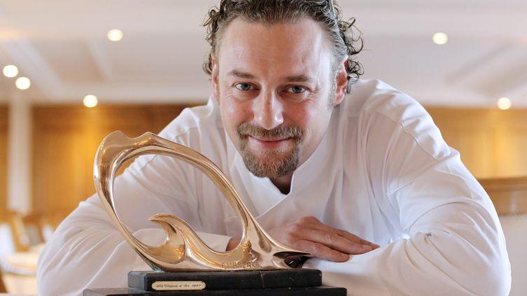 """Le chef français Arnaud Donckele, dans son restaurant """"La Vague d'or"""", à Saint-Tropez, le 12 avril 2013. (JEAN CHRISTOPHE MAGNENET / AFP)"""