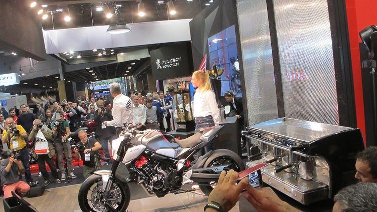 Parmi les attractions de ce Mondial de la moto 2018, le concept Neo Cafe Racer chez Honda. (SERGE MARTIN FRANCE INFO)