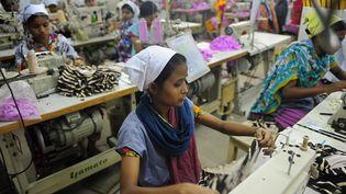 Une travailleuse bangladaise dans une usine de vêtements située à Dacca, le 16 avril 2012. (MUNIR UZ ZAMAN / AFP)