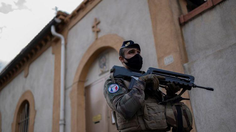 Un militaire de l'opération Sentinelle à Marseille, le 3 novembre 2020. (CHRISTOPHE SIMON / AFP)