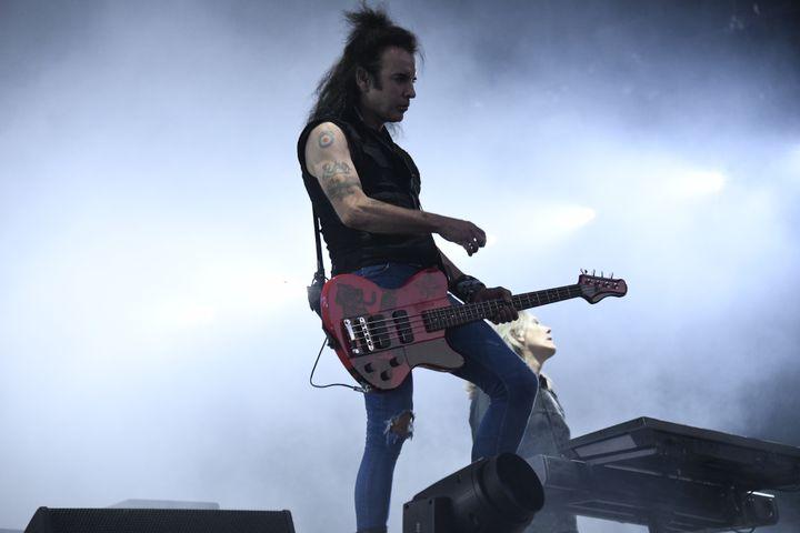 Le bassiste Simon Gallup, très en forme, assure le mouvement sur scène le 23 août 2019 au concert de The Cure à Rock en Seine. (NATHALIE GUYON / FRANCE TELEVISIONS)