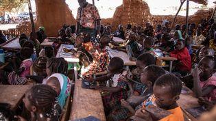 L'école de Koum-Lakre, près de Kaya, dans le nord du Burkina Faso, a vu arriver un grand nombre d'enfants ayant fui leurs villages en proie aux attaques jihadistes, le 16 novembre 2020. (OLYMPIA DE MAISMONT / AFP)