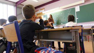 """La rentrée scolaire 2017 a été marquée par des effectifs réduits dans les CP des quartiers défavorisés, le retour à la semaine de quatre jours pour un tiers des écoles et la mise en place d'évaluations nationales en français et en maths pour les CP """"courant septembre"""", et en novembre pour les 6e. (MAXPPP)"""