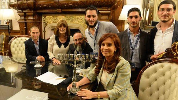 La présidente de l'Argentine (au centre) avec son filleulYair Tawil, le 23 décembre 2014, sur une photo mise en ligne sur son compte Twitter. (CRISTINA KIRCHNER / TWITTER)
