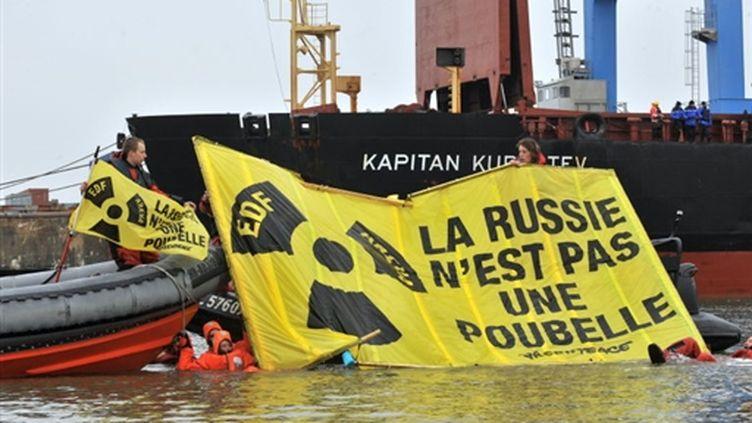 Nucléaire: action coup de poing de Greenpeace en Loire-Atlantique, le 12 mars 2010. (AFP/FRANK PERRY)