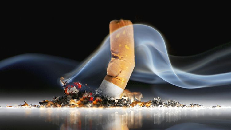 """""""Bien que de nombreux fumeurs déclarent vouloir arrêter la cigarette, beaucoup d'entre eux continuent, arguant que la cigarette leur procure des bénéfices sur leur santé mentale"""", dénonce l'étudede chercheurs britanniques publiée vendredi 14 février 2014. (JOHANNA PARKIN / THE IMAGE BANK / GETTY IMAGES)"""