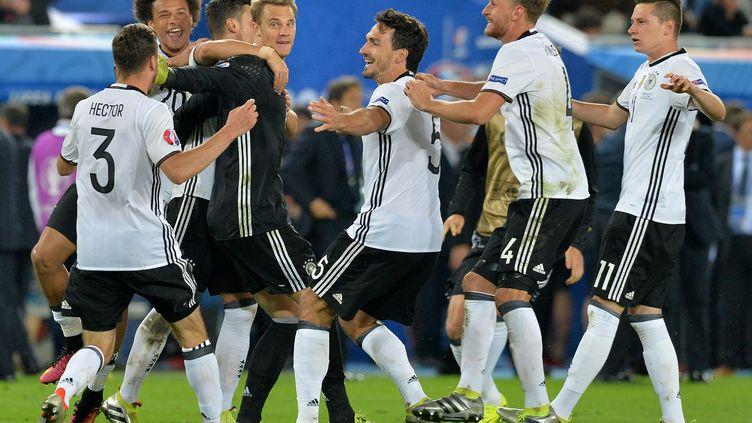 Les Allemands célèbrent leur qualificaton en quarts de finale, samedi 2 juillet 2016 à Bordeaux (Gironde), après la séance de tirs aux buts contre l'Italie. (NICOLAS TUCAT / AFP)