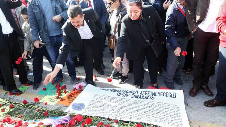 Des Turcs assistent, le 17 octobre 2015, à une cérémonie à la mémoire des victimes des attentats d'Ankara. (ADEM ALTAN / AFP)