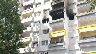 L'incendie à eu lieu au 54 de la Galerie de l'Arlequin, dans le quartier Villeneuveà Grenoble, mardi 21 juillet. (STEPHANE BLEZY / MAXPPP)