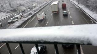 La cicurlation perturbée sur l'A15 au niveau de Cergy-Pontoise (Val d'Oise), à cause de la neige, le 6 février 2018. (MAXPPP)
