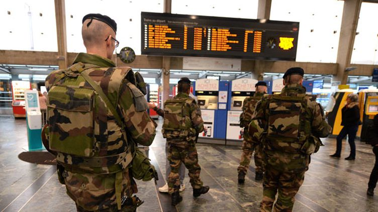(Contrôles Vigipirate dans le hall et sur les quais de la gare de Nantes © MaxPPP)