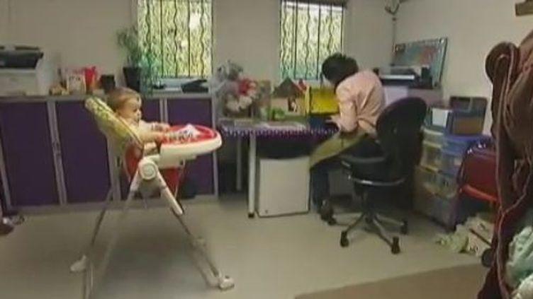 """Contraction de """"maman"""" et """"d'entrepeneurs"""", ces femmes essaient de reprendre une vie professionnelle après leur congé maternité. Mars 2012 (CAPTURE D'ÉCRAN FRANCE 2)"""