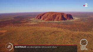 Ce monolithe de 350 mètres de haut ne pourra plus être escaladé, car c'est un site sacré pour les aborigènes. (FRANCE 2)