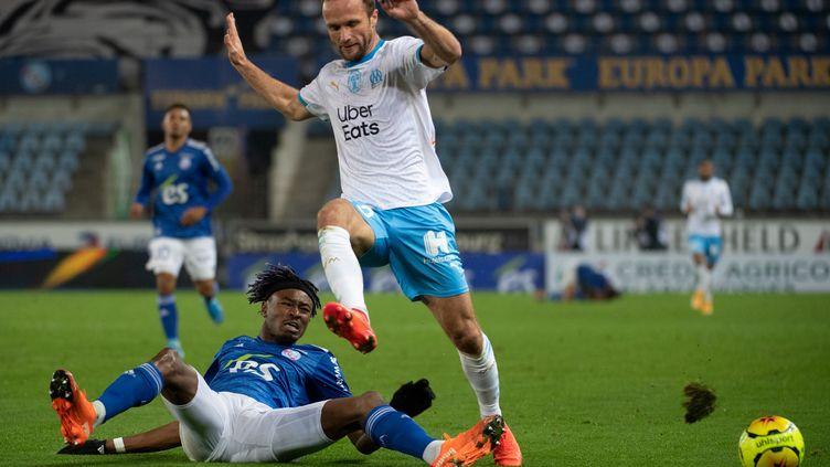 Mohamed Simakan (en bleu) s'interpose devant l'attaquant marseillais Valère Germain. (PATRICK HERTZOG / AFP)