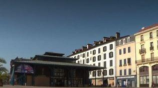 La ville de Bayonne, dans les Pyrénées-Atlantiques, voisine de la commune de Biarritz où se déroule le G7, est barricadée par les forces de l'ordre. Les autorités craignent d'éventuels débordements d'anti-G7. (FRANCE 2)
