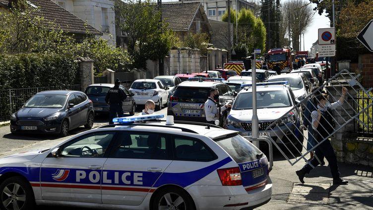 L'attaque au couteau a eu lieu devant le commissariat de Rambouillet (Yvelines). L'assaillant a ensuite été tué par des policiers. (BERTRAND GUAY / AFP)