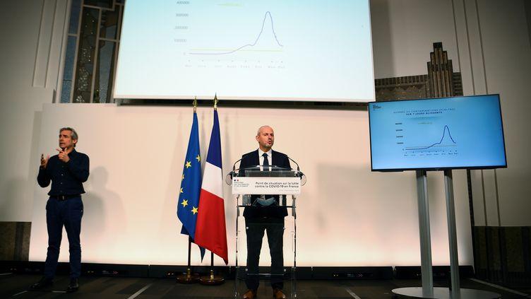 Le directeur général de la Santé, Jérôme Salomon, expose le 7 décembre 2020 le nombre de contaminations au Covid-19 qui ne baisse plus en France, lors qu'une conférence de presse, à Paris. (CHRISTOPHE ARCHAMBAULT / AFP)