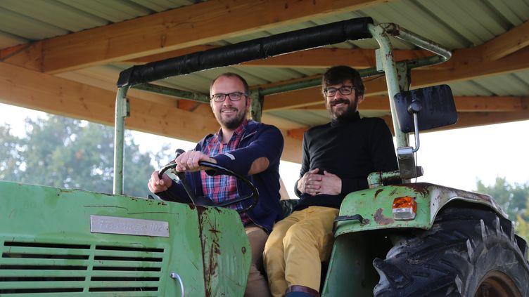 Arnaud Darsonval et Dominique Velé ont repris, voilà 15 ans, la Ferme de Sainte-Marthe, en Anjou, spécialisée dans la production de semences bio. (ISABELLE MORAND / RADIO FRANCE / FRANCE INFO)