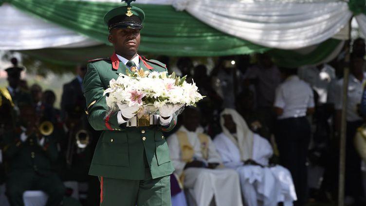 Profitant de sa visite au Nigeria, le prince Charles a rendu hommage à tous les soldats du Commonwealth morts lors des deux conflits mondiaux aux côtés de la Grande-Bretagne. D'autant que les tranchées de la guerre 14-18 n'ont pas été l'apanage de la seule Europe, puisqu'il y en a eu aussi au Cameroun ou dans l'actuelle Tanzanie. Un monument a été érigé en souvenir de ces soldats à Abuja, la capitale nigériane. Ce mémorial, qui se trouve au milieu du cimetière de l'armée nigériane, rappelle les 947 Nigérians des transports fluviaux et des ingénieurs royaux décédés lors de la Première guerre mondiale dont les tombes ne pouvaient être entretenues. A côté, un deuxième monument, connu sous le nom de Mémorial du Nigeria, commémore les 1158 victimes nigérianes de la Seconde guerre mondiale dont les sépultures n'étaient pas localisées ou ne pouvaient être entretenues. Mais aussi tous les autres ressortissants de pays africains du Commonwealth y sont évoqués et honorés. C'est là que le Prince de Galles s'est recueilli. Comme le tweete officiellement Clarence House, «cette année marque le 100e anniversaire de la fin de la Première Guerre mondiale et les membres de la famille royale rendent hommage aux habitants du Commonwealth qui ont sacrifié leur vie au cours d'un conflit.» (PIUS UTOMI EKPEI / POOL / AFP)