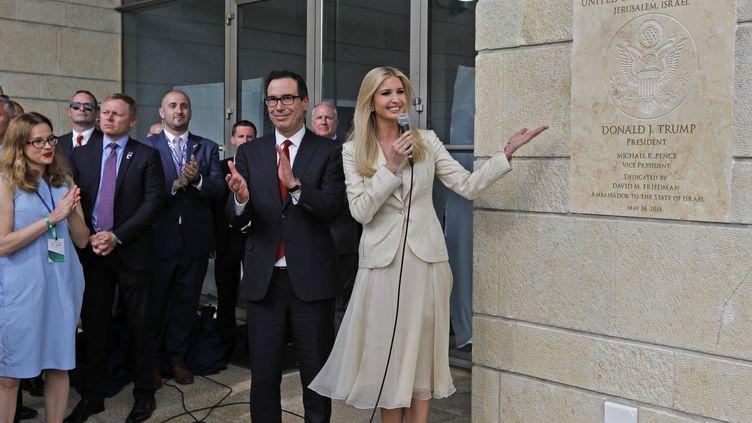 Le secrétaire d'Etat au Trésor américain Steve Mnuchin et Ivanka Trump, fille et conseillère du président des Etats-Unis,posent devant la plaque de la nouvelle ambassade américaine à Jérusalem,le 14 mai 2018. (MENAHEM KAHANA / AFP)