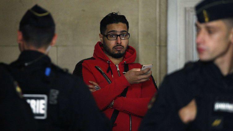 """Jawal Bendaoud, """"le logeur de Daech"""", arrive à la cour d'appel de Paris pour son procès, le 22 novembre 2018. (THIBAULT CAMUS / AP / SIPA)"""