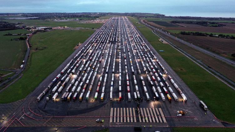 Des camions de fret garés sur le tarmac de l'aéroport de Manston près de Ramsgate, dans le sud-est de l'Angleterre, le 22 décembre 2020. Leur cargaison a été clouée au sol que la France a fermé ses frontières au fret accompagné arrivant du Royaume-Uni en raison de la propagation rapide d'une nouvelle variante du Covid-19. (WILLIAM EDWARDS / AFP)