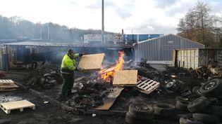 Un salarié de l'entreprise Arjowiggins devant son usine, le 28 janvier 2019 à Jouy-sur-Morin (Seine-et-Marne). (SARAH BRETHES / AFP)