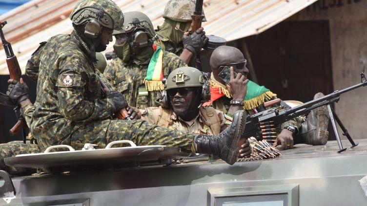 Des militaires guinéens célèbrent leur coup d'état en défilant à Conakry, la capitale de la Guinée, le 5 septembre 2021. (CELLOU BINANI / AFP)
