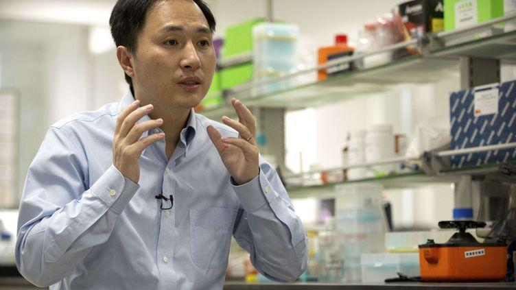 Le scientifique chinois He Jiankui, lors d'un entretien dans un laboratoire à Shenzhen, le 10 octobre 2018. (MARK SCHIEFELBEIN / AP / SIPA)